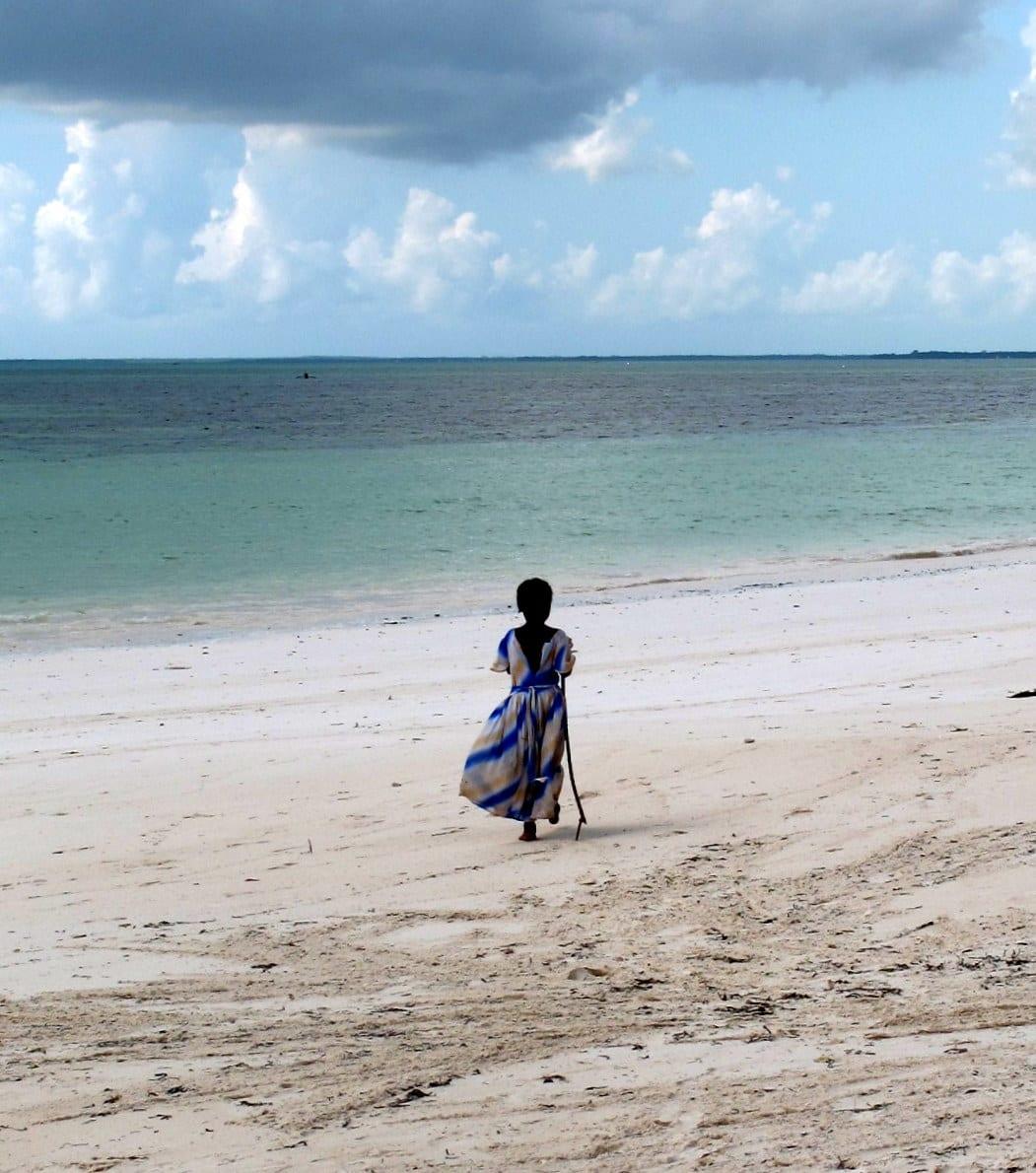 bambina sulla spiaggia di Uroa