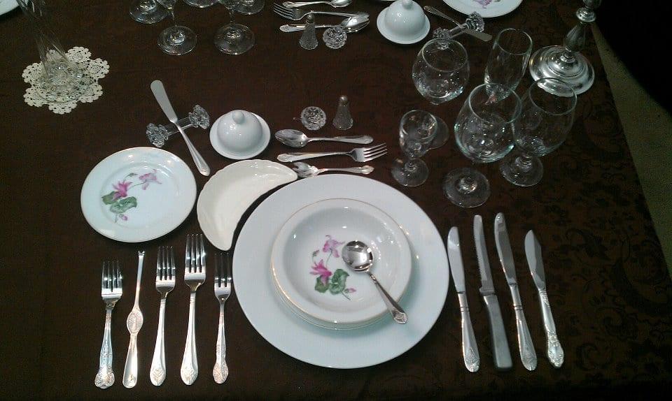 Galateo a tavola come cambiano gli usi e i costumi a - Posizione posate a tavola ...