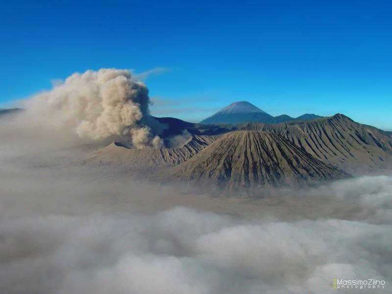 Distruzione e creazione: il vulcano Bromo sull'isola di Java in Indonesia