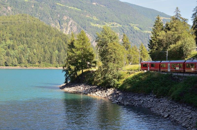 Viaggio sul trenino rosso del Bernina tra le valli e i ghiacciai delle Alpi